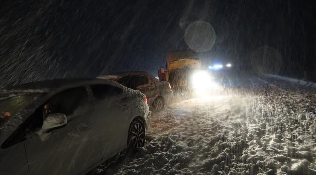 Kar yağışı nedeniyle Kayseri-Sivas kara yolunda çok sayıda araç mahsur kaldı