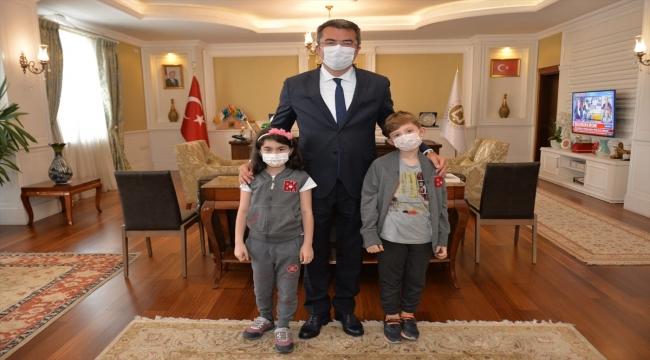 Matematik yarışmasında dünya şampiyonu olan minik öğrenciler Erzurum Valisi Memiş'i ziyaret etti